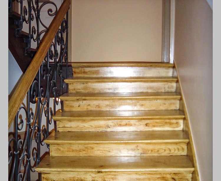 Holztreppen und Treppenhaus